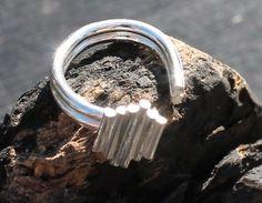 unikke håndlavet sølv ring som kan varieres i størelsen fra 49 og 52 via Hera Design. Click on the image to see more!