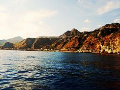 Taormina (ME) - la costa taorminese con le sue tipiche forme irregolari che dai monti Peloritani digradano bruscamente verso il mare | da Lorenzo Sturiale