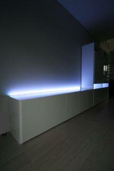 Tv-meubel in HPL laminaat. De dimbare verlichting die ingewerkt werd ...