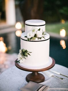 modern simple wedding cake | Photography: Christine Clark