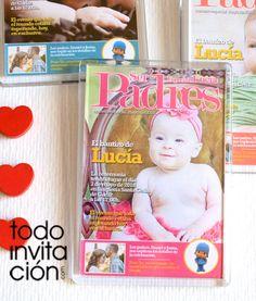 Recordatorio de bautizo imanes de nevera de 10 x 7 cm al estilo de una portada de revista de la prensa rosa, personalizados con la foto que nos envíes.