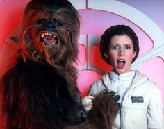 Behind the Scenes of Star Wars: Carrie Fisher (Leia) and Peter Mayhew (Chewbacca) Carrie Fisher, Todd Fisher, Film Star Wars, Star Wars 7, Princesa Leia, Harrison Ford, Les Muppets, Por Tras Das Cameras, Top Photos