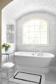 Le marbre blanc en tant que complément élégant de salle de bains chic