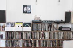 Schallplatten Aufbewahrung #schallplattenregal #stocubo Vinyl Storage, Record Storage, Lp Regal, Bude, Cabin Fever, Vinyl Records, Bookcase, Floor Plans, Shelves