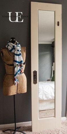 Espejo colocado en una puerta de madera reciclada Recycled Decor, Repurposed, Upcycled Crafts, Old Door Projects, Diy Projects, Mirror Closet Doors, Mirror Door, Diy Outdoor Kitchen, Outdoor Kitchens