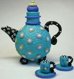Beadazzle Me Polymer Jewelry: Tea for Two- Polymer Clay Teapots Polymer Clay Kunst, Polymer Clay Projects, Clay Crafts, Sculpey Clay, Teapots And Cups, Ceramic Teapots, Teacups, Light Bulb Crafts, Clay Design