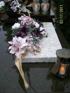 45 Grave Decorations, Flower Decorations, Christmas Decorations, Funeral Flower Arrangements, Funeral Flowers, Black Flowers, Diy Flowers, All Saints Day, Crepe Paper Flowers