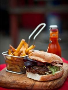 Gastropub Signature Beef and Stout Burger with Homemade Tomato Ketchup - for the next burger bar Bistro Food, Pub Food, Cafe Food, Gourmet Burgers, Burger Recipes, Tapas, Menue Design, Homemade Ketchup, Gastro Pubs