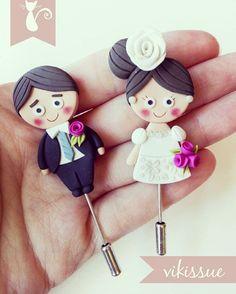 Polymer clay pin brooch bride and groom #bride #bridal #groom #bridalshower #weddingday #weddingtime #weddingdress #wedding #polymerclay #clay #fimo #pin #brooch #handmade #handcrafted #handmadewithlove #art #artwork #myart #love #lovely #cute #custom #customorder #arcillapolimerica #novia #novio #boda #detalles #detallesqueenamoran