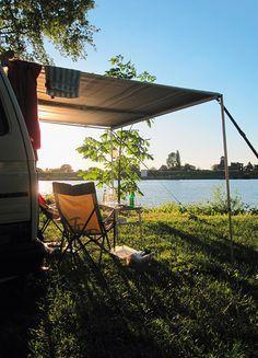 """Cool Camping: Camping Land an der Elbe, Stove 25 Kilometer südöstlich von Hamburg im kleinen Örtchen Stove direkt an der Elbe liegt der Campingplatz der Familie Land. Für Björn Staschen ein kleines Paradies, in dem es nicht nur selbstgebackenen Kuchen gibt, sondern Dauercamper hinterm Deich bleiben müssen – spitze! <br><br><a href=""""http://www.camping-land-online.de"""" target=""""_blank"""" rel=""""nofollow"""">www.camping-land-online.de</a>"""