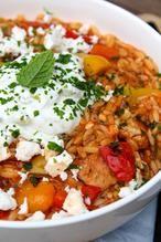Met dit makkelijk recept maak je Griekse kip orzo: stukjes kip in een kruidige tomatensaus met orzo. Tzaziki en feta maken het af. De Griekse smaakmakers zoals kaneel, koriander, knoflook en munt geven een lekker Grieks tintje aan dit hoofdgerecht.