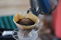 ドリップする時は、粉の中心から外側に向ってうずまき状に注いでいきます。細くやさしく注ぎます。 抽出されたコーヒーがポタポタゆっくり落ちていきますが、この最初のコーヒーエキスがいちばん美味しいところなのです。