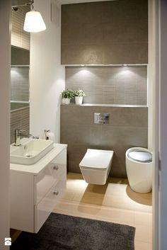 Wohnliche Idee für Bad: beleuchtete Nische über Toilette