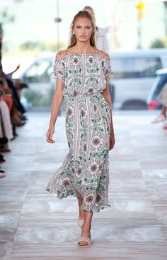 A runway look from the Tory Burch Spring/Summer 2017 Fashion Show #ToryBurchSS17…