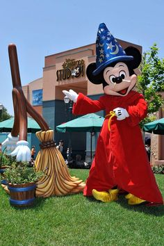 Have a magical Wednesday everyone on May 1 Hollywood Studios turns 26 years old. So Today will be about Hollywood Studios. Disney Mickey Mouse, Disney Love, Disney Magic, Disney Stuff, Disney Parks, Walt Disney, Disney Pixar, Disney World Hollywood Studios, Disney World Characters