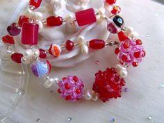 *Eine typische Kette im Design der Kunstpause:  Klassische weiße Perlen mit ihrem tollen Lüster spielen hier mit - aber in witziger Tropfenform um ein
