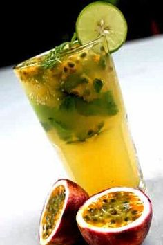 The Mojito has escalated within the rates to turn into possibly the most popular cocktails. Cocktail Fruit, Fruit Drinks, Alcoholic Drinks, Vodka Drinks, Drinks Alcohol, Beverages, Passion Fruit Mojito, Gin Und Tonic, Recipes