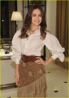 Camilla muito linda, vestida de Ralph Lauren 'head to toe'. A saia é de chamois, toda bordada. Produção linda, chique e muito acertada!