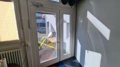 Unsere #Sicherheitsfolie mit einem Spiegel-Effekt von aussen ist bestens geeignet gegen Blitzeinbrüche und hält erst noch die unangenehmen Sonnenstrahlen draussen. Blitz, Home Appliances, Madness, Sun Rays, Spot Lights, Mirrors, House Appliances, Domestic Appliances