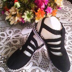 Sandalia negra en tiritas. #tejidoamano #artesanal #bajita #comoda #juvenil #todosloscolores #tallas.
