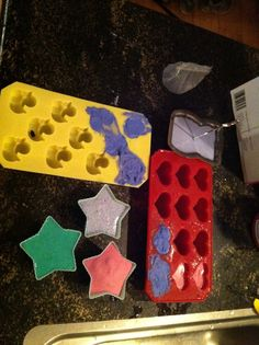 Een nieuw experiment: zelf stoepkrijt maken!         Wat heb je nodig? Modelgips (bouwmarkt), water, acrylverf in felle kleuren en silicone...