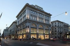 ZARA, Via del Corso: For many years now, ZARA has worked closely with ERCO for optimal lighting concepts - most recently in Rome for currently its largest store worldwide. Architect, Lighting designer: Giulio de Angelis (1845-1906); Renovation: Duccio Grassi Architects, Mailand/Reggio Emilia; José Froján, Mabel Segui, Estudio Zara, Arteixo; Photographer: Thomas Mayer, Neuss; Place: Roma