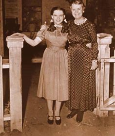"""""""The Wizard of OZ"""" - Judy Garland as Dorothy Gale & Clara Blandick as Auntie Em in the photograph Dorothy shows Prof. Judy Garland, Golden Age Of Hollywood, Vintage Hollywood, Classic Hollywood, Hollywood Glamour, Hollywood Style, Vintage Vogue, Wizard Of Oz Movie, Wizard Of Oz 1939"""
