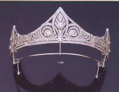 Procedencia: Familia Real de España. Un anillo de oro blanco con tres puntas que ofrecen el calado de tres lirios estilizados engastados con diamantes talla brillante. Chaumet.
