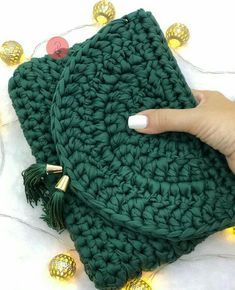 The most beautiful Crochet basket and straw models Free Crochet Bag, Crochet Purse Patterns, Crochet Clutch, Crochet Handbags, Crochet Purses, Crochet Gifts, Crochet Stitches, Knit Crochet, Yarn Bag