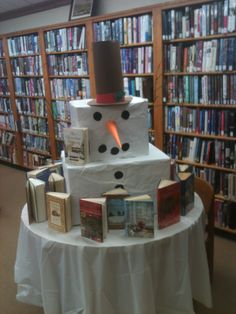 Snowman book display Make a text set (variety of genres/levels) book display for thematic units School Library Decor, School Library Displays, Teen Library, Future Library, Elementary Library, Library Decorations, Library Inspiration, Library Ideas, Library Boards
