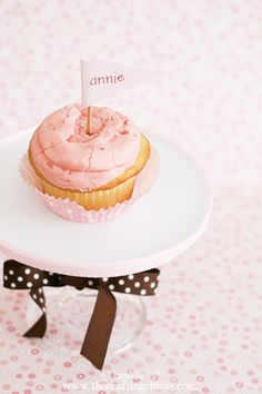 tutorial for making a mini cake stand using a cake board circle.  Pretty sure I'm doing this for the smash cake.  It will be disposable...perfect for that messy moment.