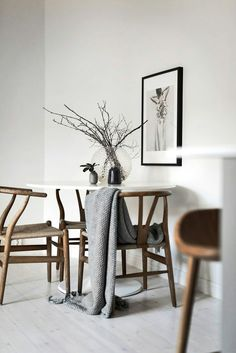 Small dining space with Wegner wishbone chairs