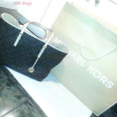 Michael Kors Handbags outlet fashion and cool.this mk bags just need $57.00 very cheap i wanttttttttttt