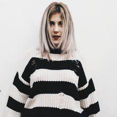 Foto menina loira com blusa de lã listrada de preto e branco com batom vermelho @biajiacomine