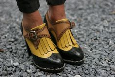Francesine con tacco alto gialle e pantaloni neri