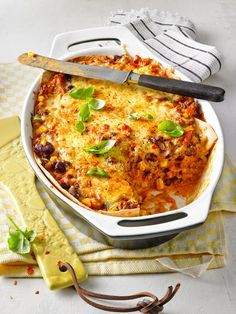 Mexikanische Lasagne mit Weizentortillas, Mais und Kidneybohnen