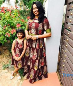 Latest Mom And Daughter Matching Dresses Collection - Indian Fashion Ideas Mom Daughter Matching Dresses, Mom And Baby Dresses, Girls Dresses, Frocks For Girls, Kids Frocks, Kalamkari Dresses, Girls Frock Design, Mother Daughter Fashion, Kids Dress Patterns