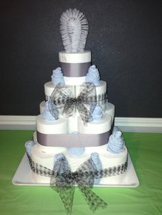Cake made with toilet paper, blue face towels, a scrubber - Towel Housewarming Cake, Housewarming Decorations, Homemade Gifts, Diy Gifts, Toilet Paper Cake, Bday Gift For Boyfriend, Wedding Gift Baskets, Naked Cakes, Towel Cakes