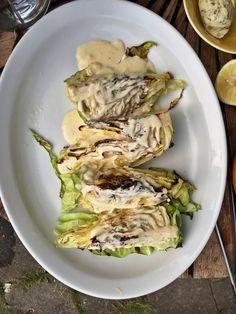 Grillet spidskål med parmesancreme er et rigtig lækkert tilbehør til al slags grillet kød, fisk eller som en del af en vegetarisk måltid.