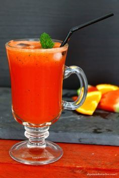 Sumo de melancia, laranja e menta | watermelon, orange and mint juice Juice Smoothie, Smoothies, Cocktail Drinks, Cocktails, Sumo Natural, Non Alcoholic, Sangria, Vegetarian Recipes, Orange