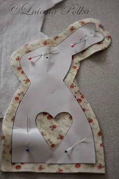 """""""Hung (a) ry paplan"""": patchwork nyuszi – egy tutoriel """"Hung (a) ry couette"""": patchwork de lapin – un tutoriel crafts sewing osterhasen nähen schnittmuster Bunny Crafts, Easter Crafts, Felt Crafts, Fabric Crafts, Sewing Toys, Spring Crafts, Fabric Dolls, Easter Bunny, Sewing Projects"""
