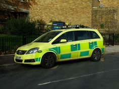 London Ambulance Service 7502 Rapid Response, a 2007 Vauxhall Zafira. UK reg LJ57UXP