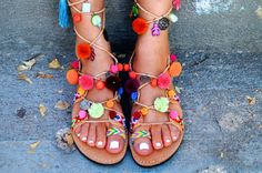 Friendships, pom poms, stones , gold-plated coins , tassels ,beads.   -Sizes available: 5 to 11.5 US Women's / 35 to 42 Europe  SIZE GUIDE :  EU____.....35 ......36......37......38.......39.......40......41.......42 USA___...4.5 .......5........6.........7........8........9........10.......11 UK____......2 ....3-3.5.....4.........5........6........6.5.......7........8 cm ____...23 .....23.7...24.4....25.1...25.8....26.5.....27.......28 inches__... 9…