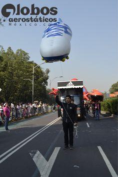 zapato de futbol adidas, desfile bolofest, liverpool, globo gigante de helio para desfile