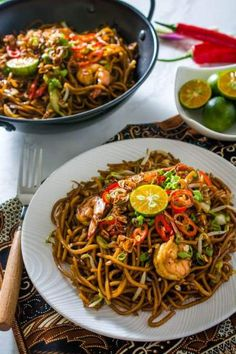 Mie Goreng is a popular Indonesian fried noodle dish that everyone is sure to love. Indonesian Mie Goreng is incredibly flavorful and versatile, featu Indian Food Recipes, Asian Recipes, Healthy Recipes, Ethnic Recipes, Mie Noodles, Restaurant Recipes, Dinner Recipes, Tasty Noodles Recipe, Indonesian Cuisine