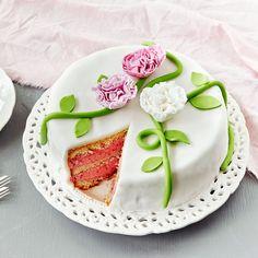 Näyttävän sokerimassakakun täyte on raikkaan vadelmainen. Pienikin pala tätä herkkua täyttää makeanhimon. Voit koristella kakun myös kermavaahdolla.