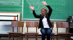 Bewegingen improviseren op muziek. De leerlingen blijven op hun stoel zitten en bewegen op een 4/4 maat.