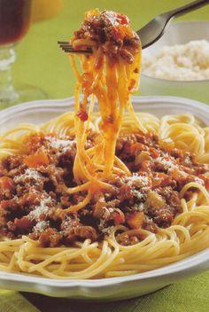Ve velkém hrnci rozehřejeme olej, přidáme cibuli, mrkev, celer a česnek a za občasného míchání restujeme asi 5 minut, dokud zelenina nezměkne. Poté přidáme maso a smažíme asi 10 minut dohněda. Dřevěnou vařečkou od sebe oddělujeme jednotlivé kousky. Vmícháme rajčata, bobkový list, oregano, cukr, sůl a pepř. Za stálého míchání přivedeme k varu a pod pokličkou vaříme na mírném ohni asi 20-25 minut, dokud omáčka nezhoustne. Mezitím uvaříme těstoviny. Pasta Noodles, Spaghetti, Food And Drink, Cooking, Ethnic Recipes, Bulgur, Macaroni, Kitchen, Noodle
