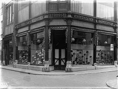 Dordrecht 1939 Hoedenzaak Trossel in de Voorstraat Family Roots, Department Store, Childhood Memories, Holland, Louvre, Building, Restaurants, Travel, Historia