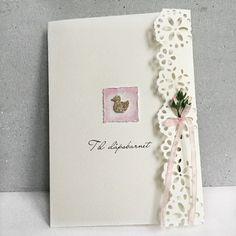 Håndlaget dåpskort til jente med badeand i sølv, små roser og blonde.